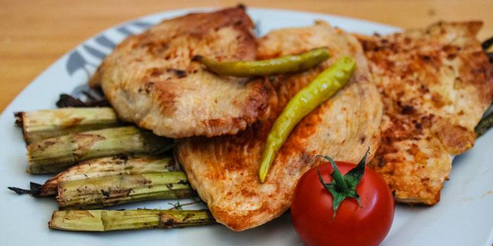¿Haz escuchado que comer pollo aumenta el pecho?